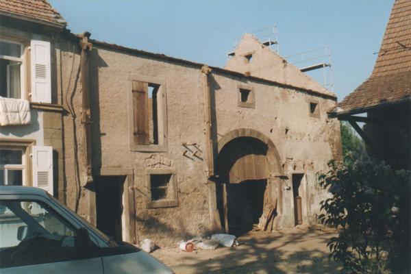 So sah die 150 Jahre alte Scheune aus, als wir 2001 das Dach herunter genommen hatten und dann…. ….gab es noch viel zu tun!